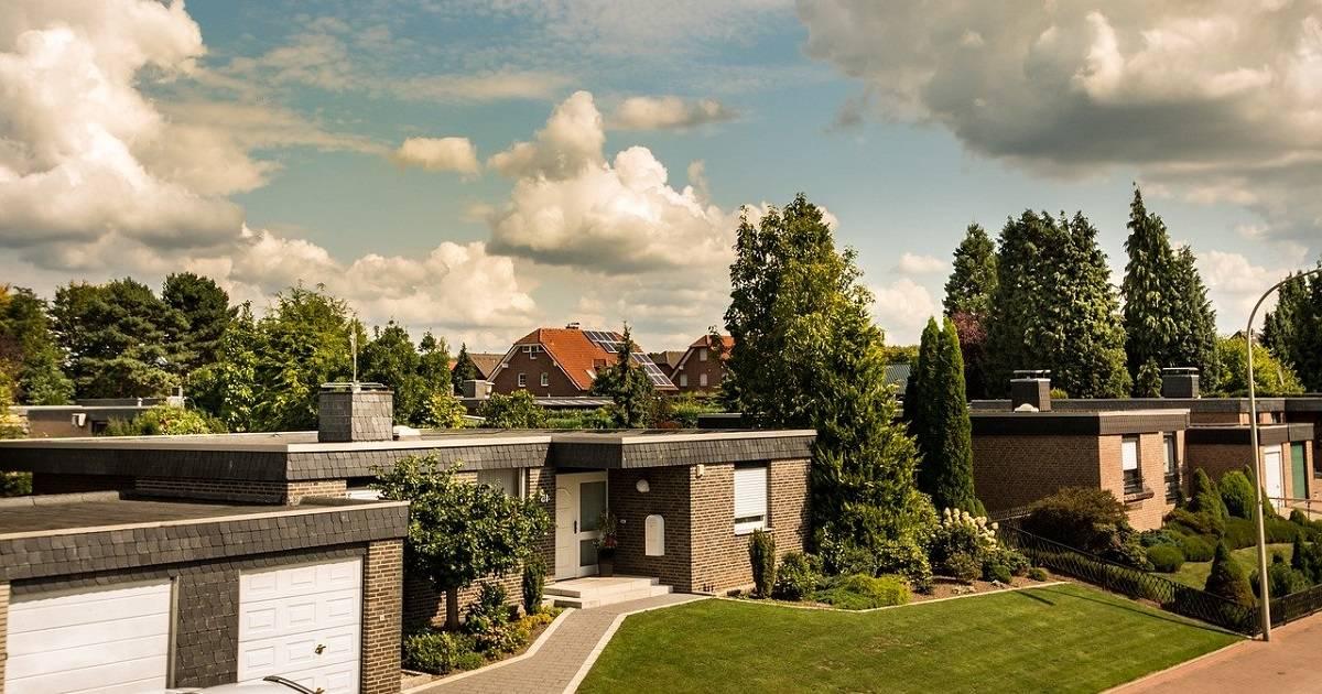 Kuvituskuvassa näkyy tyypillinen rivitaloista ja omakotitaloista koostuva asuinalue.