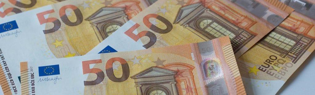 Kuvassa on 50 euron seteleitä pöydällä.