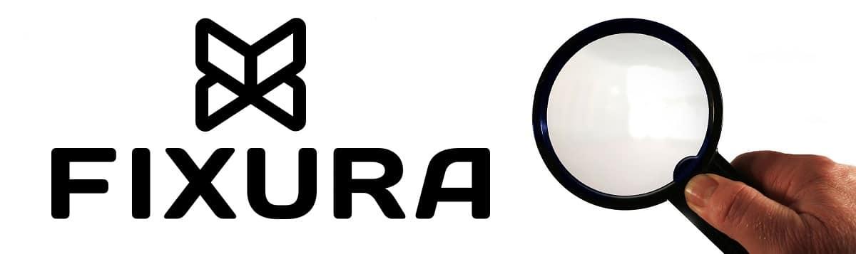 Kuvituskuva, jossa on Fixuran logo sekä suurennuslasia pitelevä käsi.