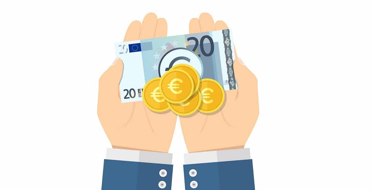 Kuvituspiirros, jossa näkyy käteistä rahaa henkilön käsissä.